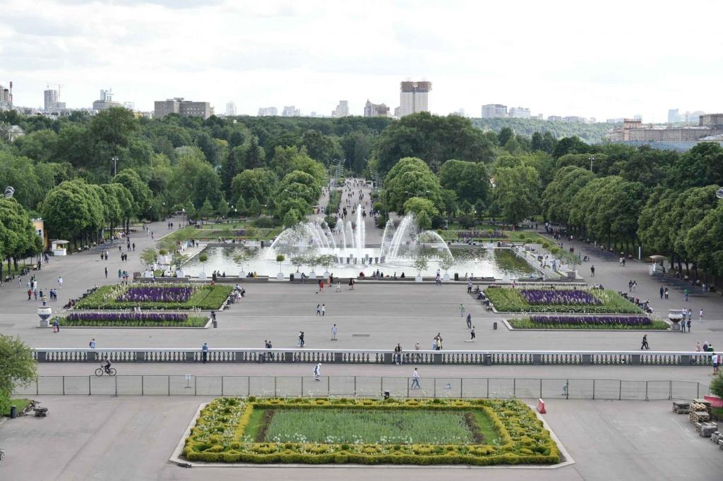 Парк Горького Москва - вид с колонны на фонтаны