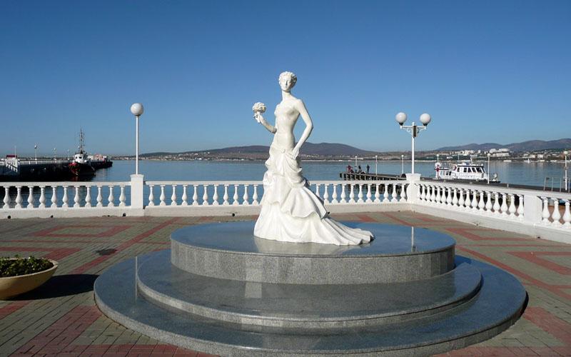 памятник Невесты на набережной Геленджика